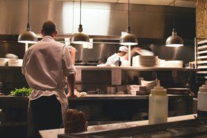 料理人を目指すあなたが知るべき最初の職場を選ぶ方法【ホテルor飲食店】